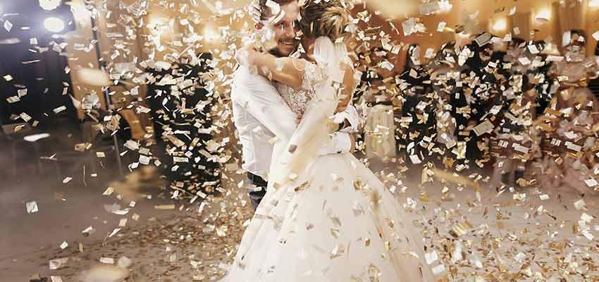 Paar tanzt auf Hochzeitslied
